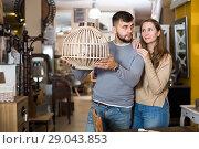Купить «Girl with boyfriend in search of lampshade», фото № 29043853, снято 9 ноября 2017 г. (c) Яков Филимонов / Фотобанк Лори