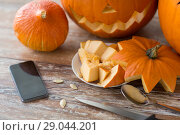 Купить «halloween jack-o-lantern, pumpkins and smartphone», фото № 29044201, снято 15 сентября 2017 г. (c) Syda Productions / Фотобанк Лори