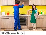 Купить «Woman with contractor at kitchen discussing repair», фото № 29049101, снято 20 июня 2018 г. (c) Elnur / Фотобанк Лори