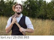 Задумал страшное мужчина с топором. Стоковое фото, фотограф 1Andrey Милкин / Фотобанк Лори