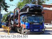 Купить «Доставка  легковых автомобилей в автосалон. Саратов», фото № 29054501, снято 12 августа 2018 г. (c) Евгений Будюкин / Фотобанк Лори
