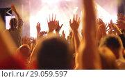 Купить «A happy crowd on an open air concert», видеоролик № 29059597, снято 11 мая 2018 г. (c) Данил Руденко / Фотобанк Лори