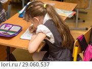 Купить «Школьница с неправильной осанкой на уроке в школе», фото № 29060537, снято 20 апреля 2018 г. (c) Иванов Алексей / Фотобанк Лори