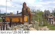 Купить «Скульптура хищного аллозавра крупным планом в детском парке динозавров. Киров», видеоролик № 29061441, снято 30 августа 2017 г. (c) Виктор Карасев / Фотобанк Лори