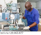 Купить «Craftsman working on glass drilling machine», фото № 29063877, снято 16 мая 2018 г. (c) Яков Филимонов / Фотобанк Лори