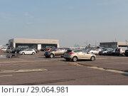 """Купить «Парковочная площадка на крыше """"Крокус Экспо""""», эксклюзивное фото № 29064981, снято 2 сентября 2018 г. (c) Дмитрий Неумоин / Фотобанк Лори"""