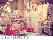 Купить «Smiling mature female holding ceramic cookware», фото № 29066313, снято 31 октября 2016 г. (c) Яков Филимонов / Фотобанк Лори