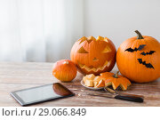 Купить «halloween jack-o-lantern, pumpkins and tablet pc», фото № 29066849, снято 15 сентября 2017 г. (c) Syda Productions / Фотобанк Лори