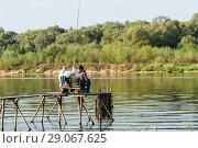 Купить «Тульская область. Заокский район. Летний пейзаж с  рыбаками ловящеми рыбу на реке», эксклюзивное фото № 29067625, снято 6 сентября 2018 г. (c) Игорь Низов / Фотобанк Лори