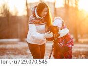 Купить «Обучение фотографии, используя зеркальную камеру и штатив, мама с дочкой на улице», фото № 29070545, снято 29 ноября 2014 г. (c) Кекяляйнен Андрей / Фотобанк Лори