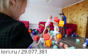 Купить «Children play with soft cubes. Animators entertain children. A children's party.», видеоролик № 29077381, снято 19 сентября 2018 г. (c) Константин Шишкин / Фотобанк Лори
