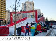 Купить «Москва в новогодние праздники. Сноуборд-парк на Новом Арбате», эксклюзивное фото № 29077601, снято 9 января 2018 г. (c) Елена Коромыслова / Фотобанк Лори