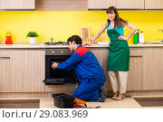 Купить «Woman with contractor at kitchen discussing repair», фото № 29083969, снято 20 июня 2018 г. (c) Elnur / Фотобанк Лори
