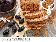 Купить «Свекольный пирог с черносливом. Домашняя кухня», фото № 29092161, снято 7 февраля 2018 г. (c) Надежда Мишкова / Фотобанк Лори