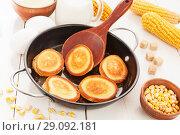 Купить «Кукурузные оладьи в сковороде на белом деревянном столе», фото № 29092181, снято 26 марта 2018 г. (c) Надежда Мишкова / Фотобанк Лори