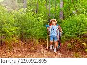 Купить «Boy leading a group of kids on hiking trail», фото № 29092805, снято 21 мая 2018 г. (c) Сергей Новиков / Фотобанк Лори