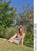 Купить «Красивая девушка сидит на траве», эксклюзивное фото № 29099765, снято 25 августа 2018 г. (c) Юрий Морозов / Фотобанк Лори