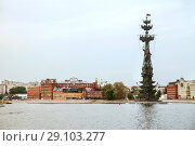 """Купить «Moscow, Russia - SEP 02, 2018:  Peter the Great Statue, 98-metre-high monument, and the building of the confectionery factory """" Red October"""" on moskva river», фото № 29103277, снято 2 сентября 2018 г. (c) Юлия Кузнецова / Фотобанк Лори"""