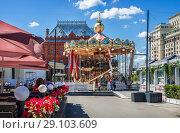Купить «Карусель в Москве carousel on the Revolution Square», фото № 29103609, снято 14 августа 2018 г. (c) Baturina Yuliya / Фотобанк Лори
