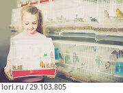 Купить «girl customer happy about buying cage with canary bird in pet shop», фото № 29103805, снято 19 января 2017 г. (c) Яков Филимонов / Фотобанк Лори