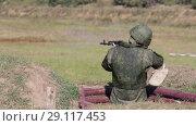 Купить «Солдат с автоматом стреляет из окопа», видеоролик № 29117453, снято 21 сентября 2018 г. (c) Игорь Долгов / Фотобанк Лори