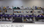 Shelves with parcels in the post office. Стоковое видео, видеограф Ekaterina Demidova / Фотобанк Лори