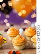 Купить «cupcakes with halloween decoration on table», фото № 29123665, снято 6 июля 2017 г. (c) Syda Productions / Фотобанк Лори