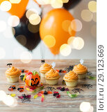 Купить «halloween party decorated cupcakes on wooden table», фото № 29123669, снято 6 июля 2017 г. (c) Syda Productions / Фотобанк Лори