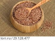 Купить «Узбекский красный рис для плова - девзира в бамбуковой миске на мешковине», фото № 29128477, снято 30 августа 2018 г. (c) Елена Коромыслова / Фотобанк Лори
