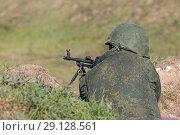 Купить «Солдат с пулеметом в окопе», фото № 29128561, снято 20 сентября 2018 г. (c) Игорь Долгов / Фотобанк Лори