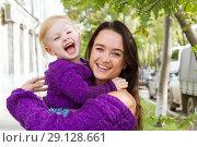 Купить «Эмоциональные мама и дочь гуляют по городу», фото № 29128661, снято 21 сентября 2018 г. (c) Момотюк Сергей / Фотобанк Лори