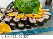 Купить «Резаная скумбрия с лимоном и салатом», фото № 29136837, снято 2 сентября 2018 г. (c) Beerkoff / Фотобанк Лори
