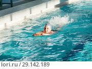 Купить «Девочка плывет с доской на груди в бассейне», фото № 29142189, снято 12 мая 2018 г. (c) Кекяляйнен Андрей / Фотобанк Лори