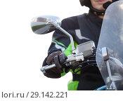 Купить «Руль мотоцикла с зеркалом заднего вида и рука мотоциклиста на ручке газа, изолированный белый фон», фото № 29142221, снято 15 сентября 2018 г. (c) Кекяляйнен Андрей / Фотобанк Лори