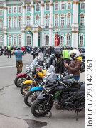 Купить «Закрытие мотосезона в Санкт-Петербурге, мотоциклы на Дворцовой площади», фото № 29142261, снято 5 мая 2018 г. (c) Кекяляйнен Андрей / Фотобанк Лори