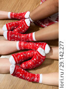 Купить «Красные новогодние носки на ногах, крупный план», фото № 29142277, снято 7 января 2018 г. (c) Кекяляйнен Андрей / Фотобанк Лори