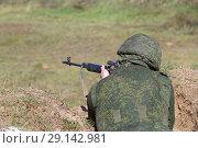Купить «Снайпер стреляет из окопа», фото № 29142981, снято 20 сентября 2018 г. (c) Игорь Долгов / Фотобанк Лори
