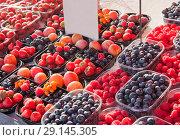 Ягоды в небольших пластиковых контейнерах продаются на рынке. Стоковое фото, фотограф E. O. / Фотобанк Лори