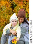Купить «Девочка с мамой гуляют в осеннем парке», фото № 29147853, снято 28 сентября 2018 г. (c) Момотюк Сергей / Фотобанк Лори