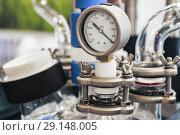 Купить «Hydraulic fluid pressure indicator, arrow indicates zero.», фото № 29148005, снято 24 октября 2017 г. (c) Андрей Радченко / Фотобанк Лори
