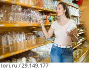 Купить «Laughing girl chooses disposable tableware», фото № 29149177, снято 19 апреля 2017 г. (c) Яков Филимонов / Фотобанк Лори
