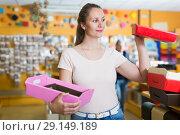 Купить «Laughing girl chooses accessories for gift», фото № 29149189, снято 19 апреля 2017 г. (c) Яков Филимонов / Фотобанк Лори