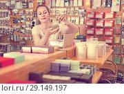 Купить «Young housewife is choosing small boxes for gifts», фото № 29149197, снято 19 апреля 2017 г. (c) Яков Филимонов / Фотобанк Лори