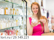 Купить «Woman take a choise shampoo», фото № 29149221, снято 2 мая 2017 г. (c) Яков Филимонов / Фотобанк Лори