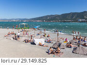 Пляж в Геленджике во время норд-оста летом (2018 год). Стоковое фото, фотограф Алексей Шматков / Фотобанк Лори
