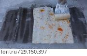Купить «Приготовление мороженого с фруктами на холодильной поверхности. Традиционное мороженое в Таиланде», видеоролик № 29150397, снято 18 июля 2019 г. (c) Евгений Ткачёв / Фотобанк Лори