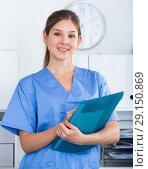 Купить «Female doctor writing notes in clinic», фото № 29150869, снято 31 июля 2017 г. (c) Яков Филимонов / Фотобанк Лори