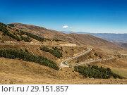 Купить «Извилистая дорога, серпантин, в горах Армении», фото № 29151857, снято 29 сентября 2018 г. (c) Наталья Волкова / Фотобанк Лори