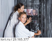 Купить «Mother with childred are helping dad and girl get out of the locked door», фото № 29165377, снято 3 августа 2017 г. (c) Яков Филимонов / Фотобанк Лори