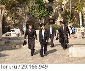 Купить «Группа молодых ортодоксальных иудеев на улице Иерусалима. Израиль», фото № 29166949, снято 9 октября 2012 г. (c) Ирина Борсученко / Фотобанк Лори
